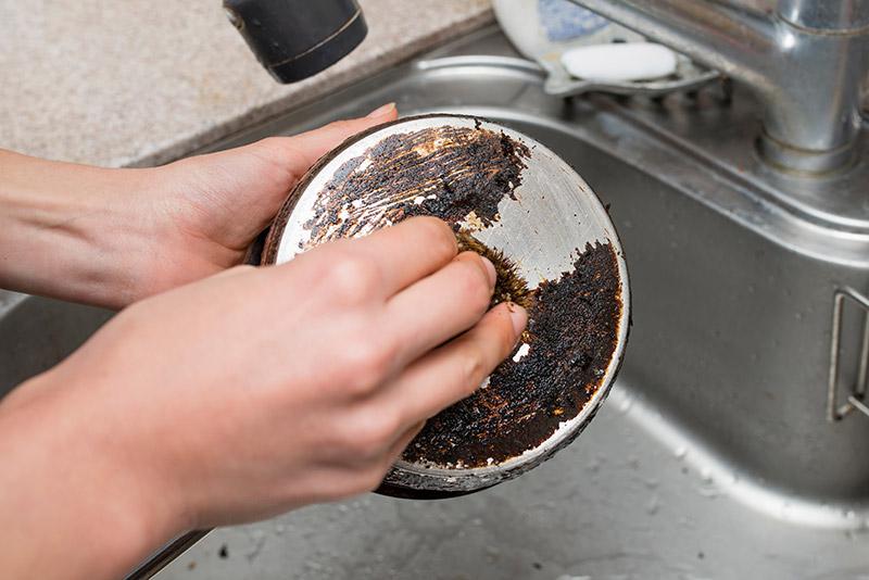 วิธีล้างหม้อดำ กระทะไหม้ กำจัดคราบเหนียวให้ขาวใหม่ใสกิ๊งแบบไม่เปลืองเงิน